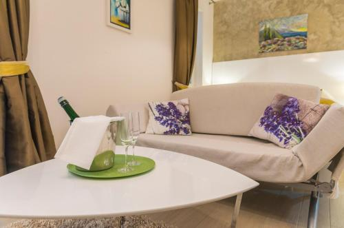 A seating area at Pine Tree Boutique Apartments