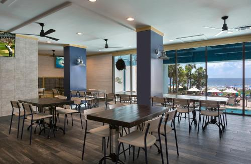 A restaurant or other place to eat at Breakers Resort Hotel
