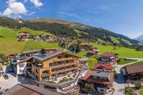 Blick auf Hotel Alpin Spa Tuxerhof aus der Vogelperspektive