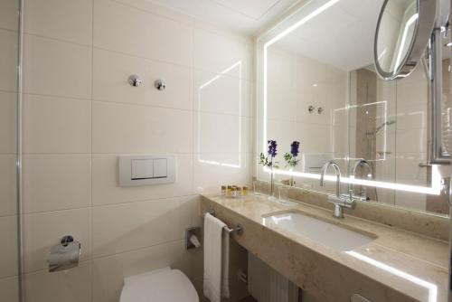 A bathroom at Maritim Titisee Hotel