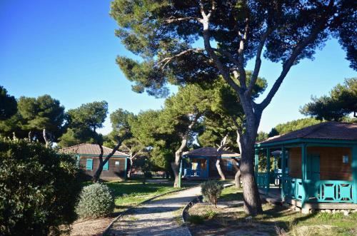 Piscine de l'établissement Martigues, les Chalets de la Mer **** ou située à proximité