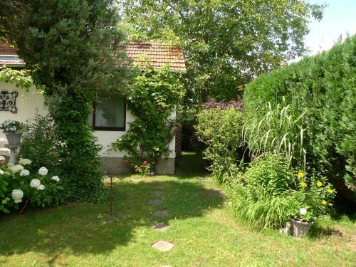A garden outside gemütliches Gästehaus Berlin Bohnsdorf, nähe Flughafen Schönefeld