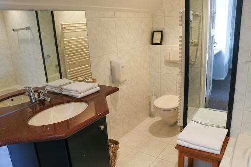 A bathroom at Auberge de Campveerse Toren