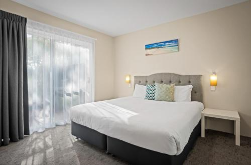 A bed or beds in a room at Broadwater Resort