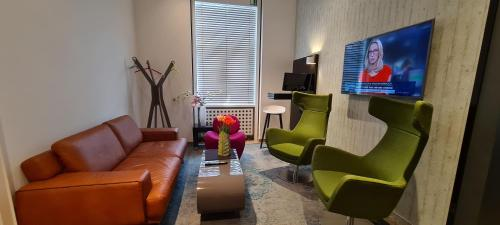 A seating area at Hotel Cristall - Frankfurt City