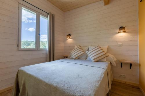A bed or beds in a room at Mas des Cerisiers