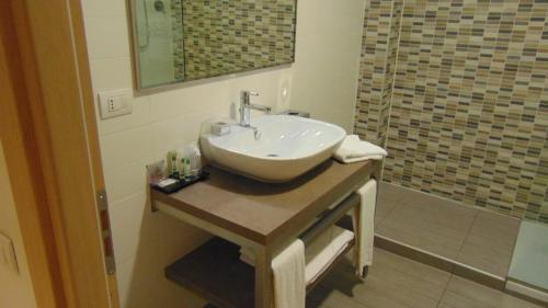 A bathroom at Turin Airport Hotel & Residence