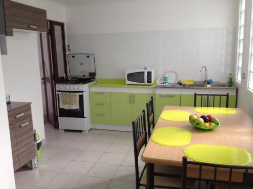Una cocina o zona de cocina en Habitaciones Valparaiso