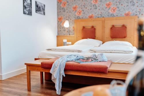 Ein Bett oder Betten in einem Zimmer der Unterkunft Löwen Hotel & Restaurant
