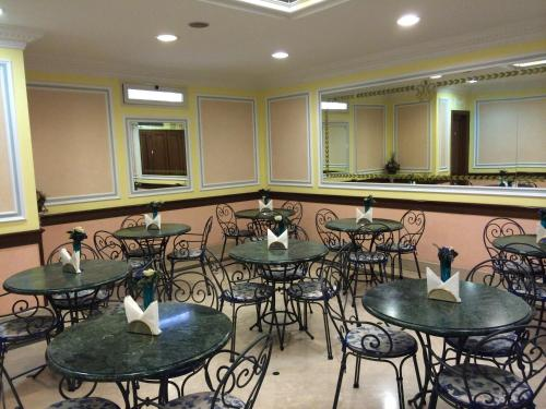 A restaurant or other place to eat at Hotel Principe Di Piemonte