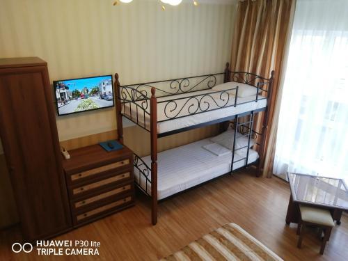 Двухъярусная кровать или двухъярусные кровати в номере Мини Отель Морской Бриз