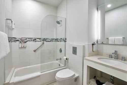 A bathroom at R Hotel Kingston