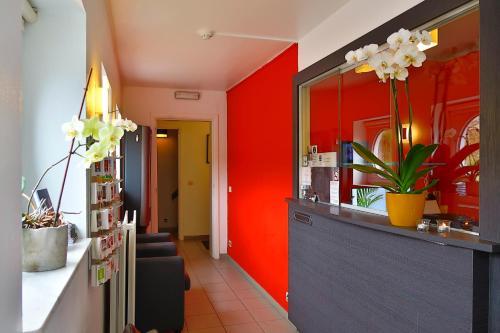 De lobby of receptie bij Hotel Adoma