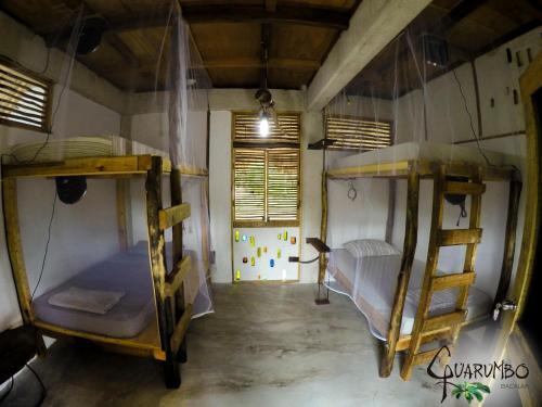 Ein Etagenbett oder Etagenbetten in einem Zimmer der Unterkunft Guarumbo