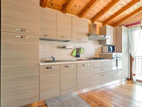 Cucina o angolo cottura di Modern Holiday Home with Swimming Pool in Gravedona