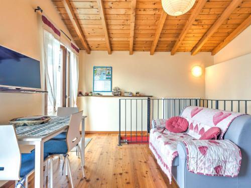 TV o dispositivi per l'intrattenimento presso Modern Holiday Home with Swimming Pool in Gravedona