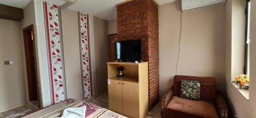 Televízia a/alebo spoločenská miestnosť v ubytovaní Villa Irina