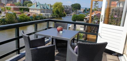 A balcony or terrace at Riverside Guesthouse