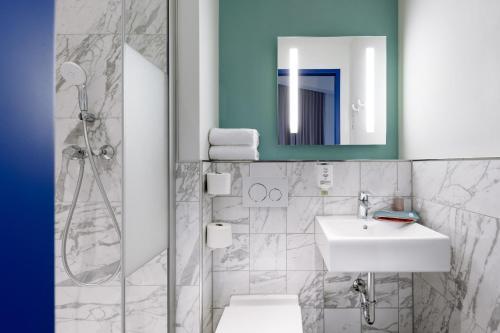 A bathroom at ibis budget Bremen City Center