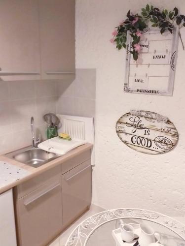 A kitchen or kitchenette at Ninas dream