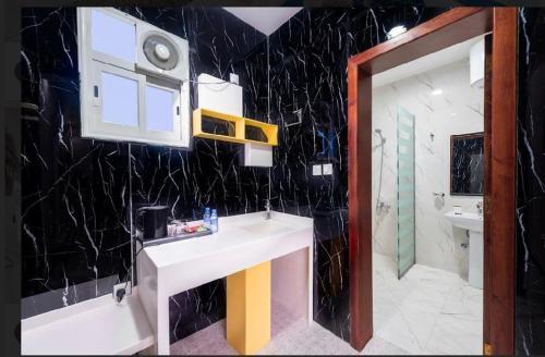 Um banheiro em الحياة إن للأجنحة الفندقيه