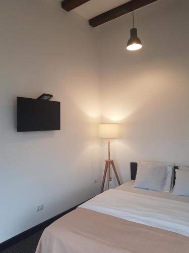 Un pat sau paturi într-o cameră la Pension Casa Drumetului