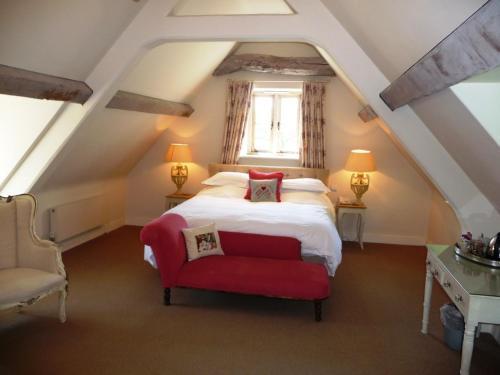 A bed or beds in a room at The Swan Inn Swinbrook