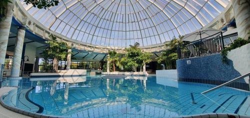 Der Swimmingpool an oder in der Nähe von Vital Hotel Frankfurt