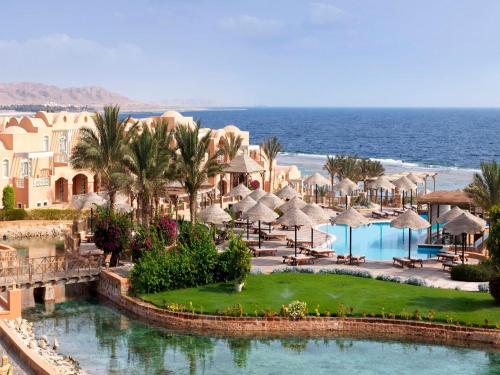 Uitzicht op het zwembad bij Radisson Blu Resort El Quseir of in de buurt