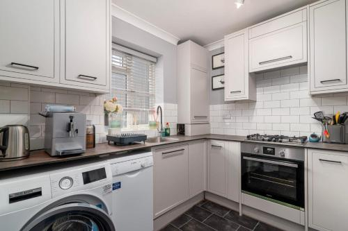 A kitchen or kitchenette at GuestReady - Charming 1BR Highbury Flat with Balcony