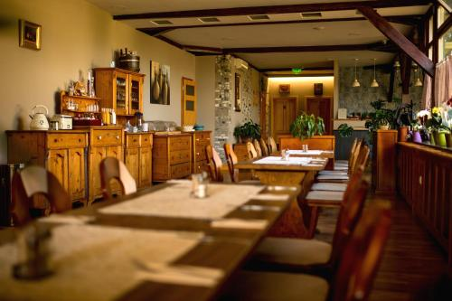 A restaurant or other place to eat at Hotel Vineyard Inn - Szőlőskert
