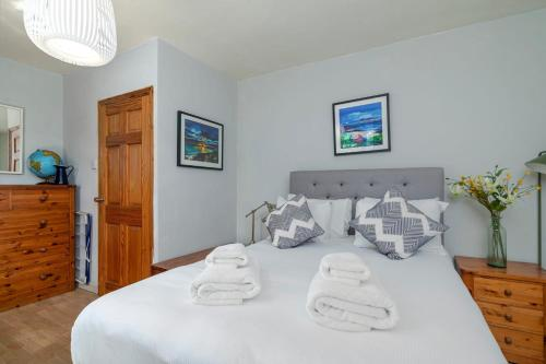 A bed or beds in a room at GuestReady - Charming 1BR Highbury Flat with Balcony