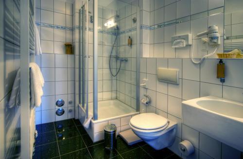 A bathroom at Kurpark Hotel