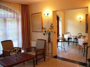A restaurant or other place to eat at Bed Breakfast Hotel Budapest