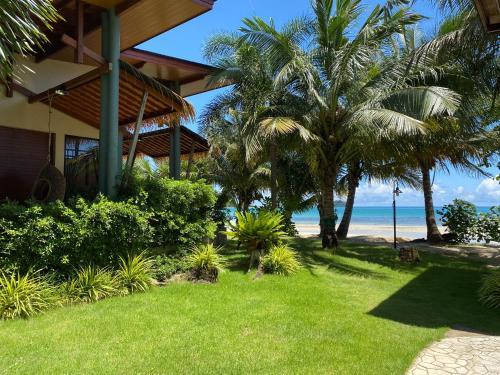 Ein Garten an der Unterkunft Kaibae Beach Resort