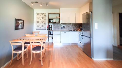 A kitchen or kitchenette at Geilolia Ferieleiligheter
