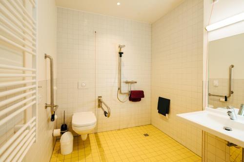 A bathroom at DJH Jugendherberge Schöneck/Vogtl.