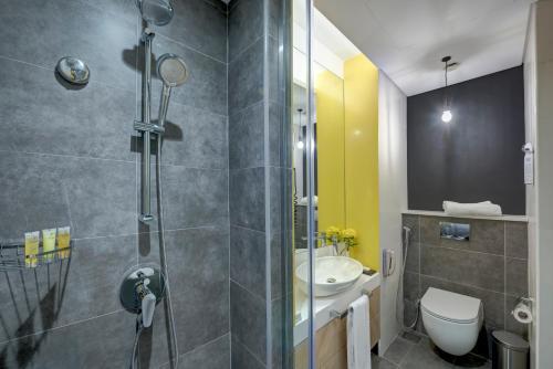 Ванная комната в URBAN Al Khoory Hotel
