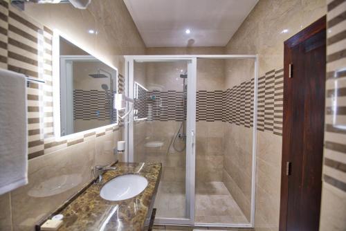A bathroom at Viveka Hotel Colombo