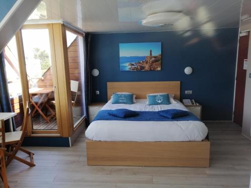 Un ou plusieurs lits dans un hébergement de l'établissement Hotel De La Mer