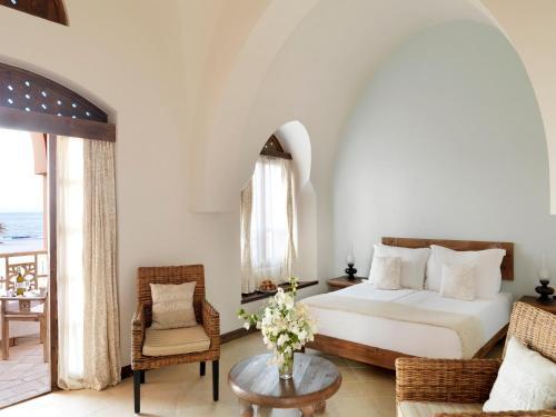 Een bed of bedden in een kamer bij Radisson Blu Resort El Quseir