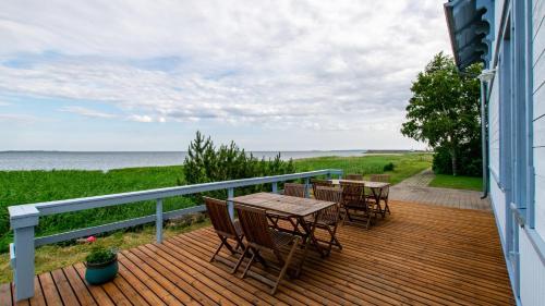 Rõdu või terrass majutusasutuses Villa Kuus Sõlme - Sea View Holiday Home