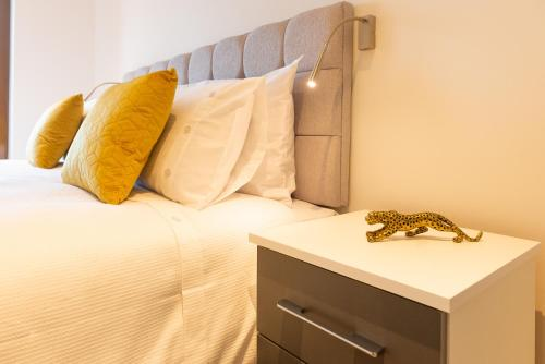 A bed or beds in a room at Luxury Apartment in St Albans - Close to London Heathrow Airport and Luton Airport - short walk to St Albans city centre, St Albans Cathedral, Train Station, Free Super-fast Wifi, Free Allocated Parking