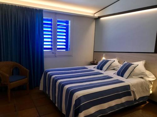 A bed or beds in a room at Hotel Blaumar Cadaqués