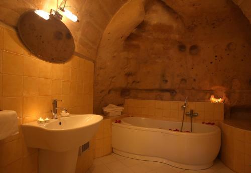 A bathroom at Caveoso Hotel