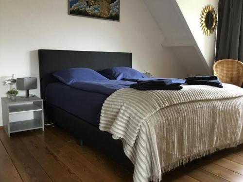 A bed or beds in a room at La Casa aan Zee