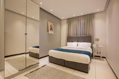 سرير أو أسرّة في غرفة في Mabaat Homes - Edsas 5 Compound, Luxury Villa