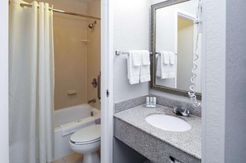 Ein Badezimmer in der Unterkunft Quality Inn Miami Airport - Doral