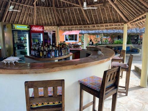 El salón o zona de bar de Diani Backpackers