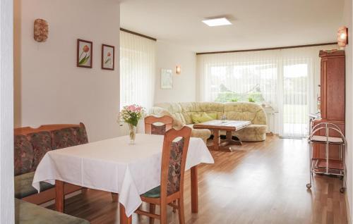 Ein Restaurant oder anderes Speiselokal in der Unterkunft Three-Bedroom Apartment in Breuna